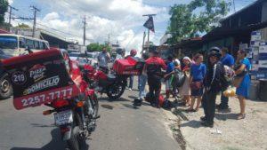 Accidente de motociclista repartidor en San Salvador.