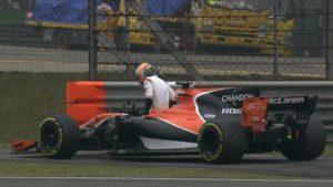 Imagen que se está volviendo clásica, Alonso abandonando.