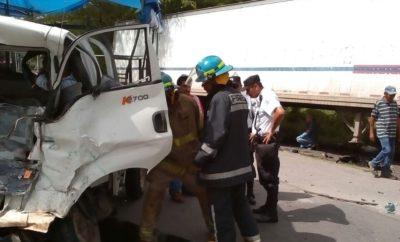 Bomberos Nacionales rescatando al conductor del Kia.