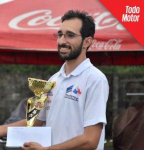 Ariel González Jr, recibiendo un premio en La Marina Racetrack de Costa Rica.
