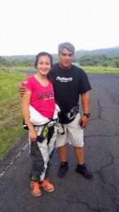 Mariana junto a su padre Giovany Ascencio.