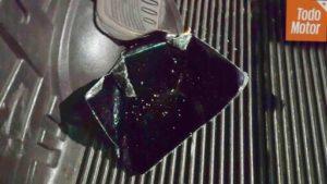Fragmentos de la ventana quebrada del vehículo de la denunciante.