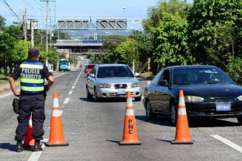 Autoridades salvadoreñas detienen diariamente a 6 automovilistas por conducción peligrosa